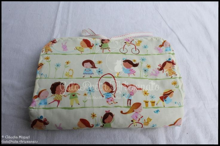 """Mala de maternidade e muda-fraldas """"Meninas a Brincar""""."""