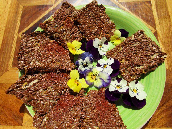 Preparare crackers crudisti piccanti con semi di lino e germorgli di soia è facile. Soddisfano la voglia di sgranocchiare snack croccanti e saporiti mangiando un cibo salutare.