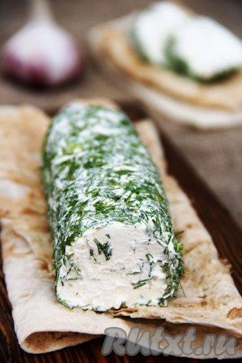 Наш творожный сыр из сметаны и кефира готов к употреблению. Хранить его нужно в холодильнике. Вот такой аппетитный сыр получается на разрезе.