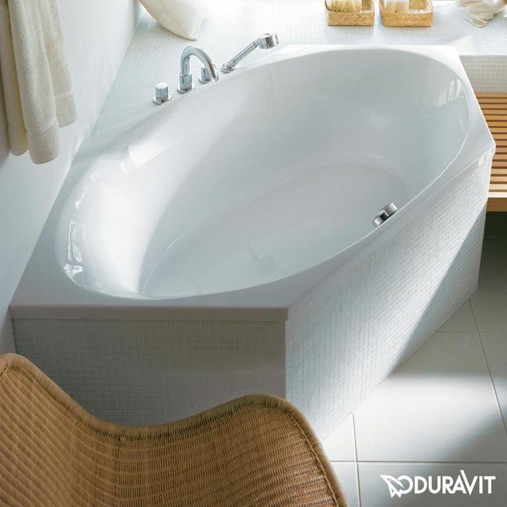 Duravit 2x3: Mit der Sechseck-Badewanne haben Sie die Option, den Platz in Ihrem Bad optimal zu nutzen. Die große Badewanne bietet Platz für zwei Personen und passt dennoch in jede Ecke. Durch  eine Verkleidung mit Fliesen, Naturstein oder Holz können Sie die Wanne individuell in Ihr Baddesign integrieren. #badewanne #sechsecken #sechseck #platzsparend #eckwanne #ecke #eckig #groß #zweipersonen #platzfürzwei #weiß #duravit #2x3 #holz #naturstein #natur #fliesen #reuter #reuterde