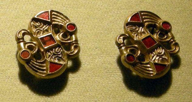 Cividale, man, coppia di fibule a S in argento dorato con almandini, da necropoli di san giovanni tomba 32, metà del VI sec.