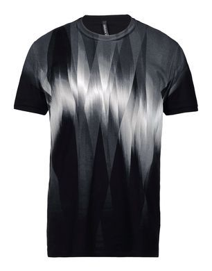La camiseta negro y gris