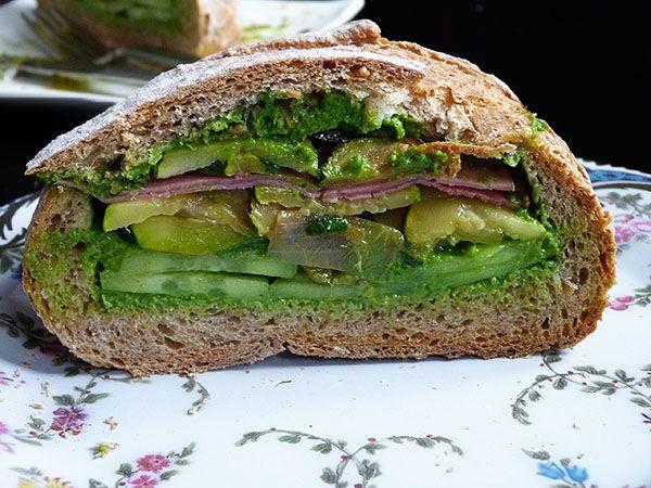 Grand pain farci façon deli new-yorkais, et pesto aux fânes de radis