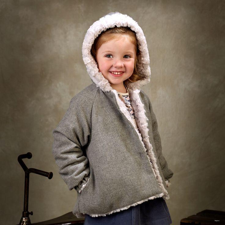 Abrigo de niña de franela gris en el exterior y pelo gris perla en el interior, con capucha y bolsillos #kids #corazondeleonkids #AW15-16 #moda #madeinSpain #franela #gris #capucha #pelo