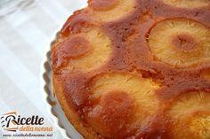 Una torta semplice al delicato sapore di ananas che acquista corpo grazie alla golosa caramellatura. Una torta rovesciata che per procedimento di preparazione somiglia alla famosa tarte tatin alle mele.
