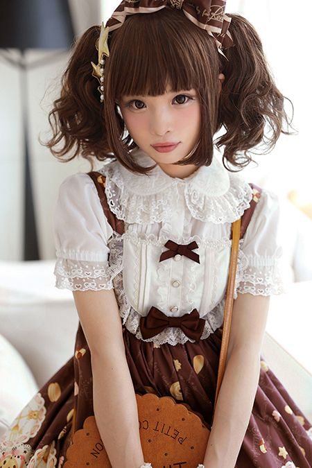 This sweet lolita dress... Is. So. CUTE! I want it! The blouse goes nicely with it too. This cord is just so perfect.