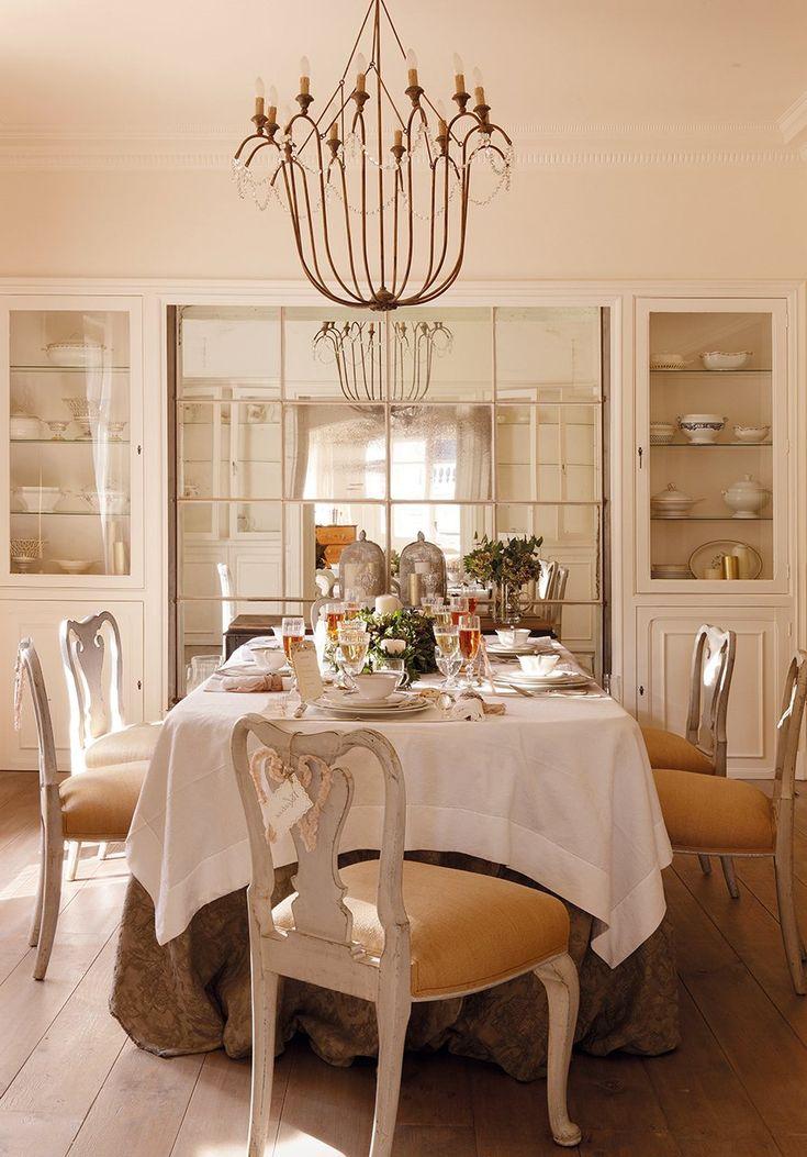 Espejos: amplitud y vida  Los espejos recuperados o de estética vintage darán un aire vivido al comedor.