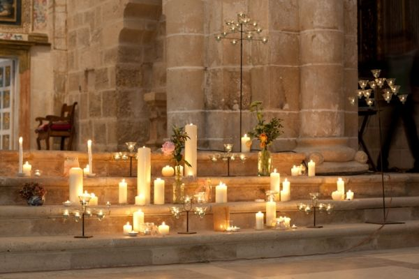 Candles surrounding the church altar -- design by Marlett Eventos