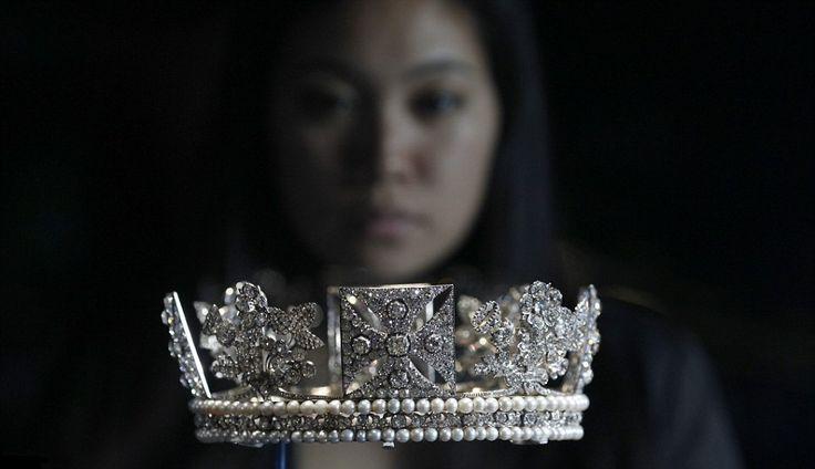 """Les joyaux de la couronne """" Reine Elisabeth II d'Angleterre """""""