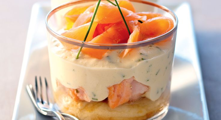 Découvrez cette version salée du tiramisu. Cette recette est réalisée avec du saumon, du mascarpone et du blinis.