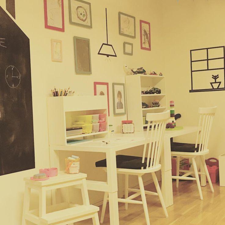 Playroom ❤️!!! Um pouquinho da brinquedoteca!!! Adoro um espaço lúdico para as crianças criarem e usarem a imaginação! Esse cantinho virou o favorito aqui em casa. ❤️🖍💡🖌#brinquedoteca#chalkboard #decorforkids #washitape #playroom#kidsdecor#barnrumsinspo#paisefilhos#maedemenino#montessori#quartomontessoriano #finabarnsaker…