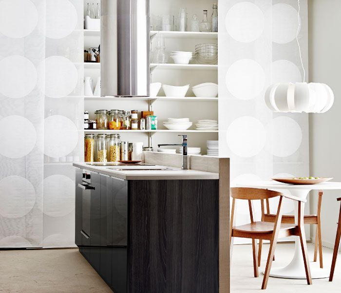 Lite kjøkken med øy og skjulte hyller IKEA