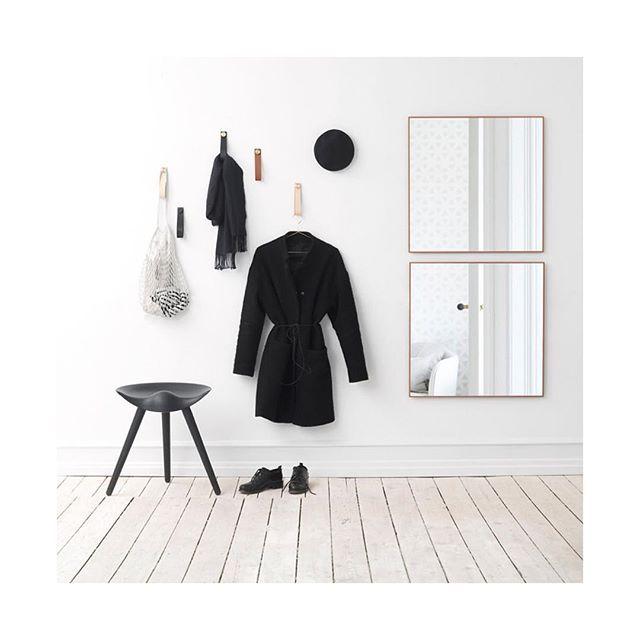 Hallinspiration, rund hängare the dots i flera olika storlekar skulle jag kunna tänka mig. Smart ide med läderrem att hänga upp t ex halsduk. En stor spegel och en pall. Sen har man en rymlig garderob för att få undan skor och ytterkläder. (Not my pic) #interior #interior123 #interior4all #hallinspiration #heminredning #scandinavianhome #nordichome #muutodots