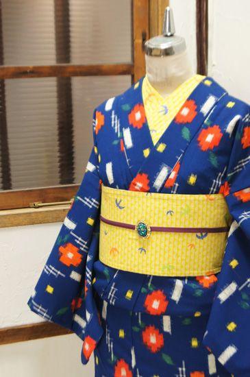 綺麗な青に、椿のようなまんまるお花の水玉模様と、瞬く星のような絣模様が織り出されたウールの単着物です。