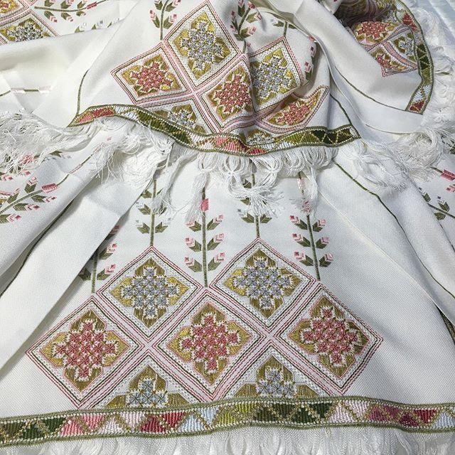 Yakından görünümü renkli antepişinin#dantelevi#luxuryhome#instahome#tablecloth #homedecor#aksesuar#banyo#mobilya#evtekstili#handmade #hometextile#emroidery #exclusive#dekorasyon##azarbaijan#içmimarlık#dekorasyon#dubai#saudiarabia#kuwait#qatar#bahrein#gulf#uae#turkey#istanbul