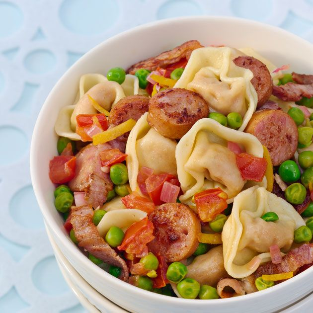 Lyst på en rask middag? Tortellini med pølser, bacon og erter er klar på kun 15 minutter, og vil falle i smak hos både store og små.