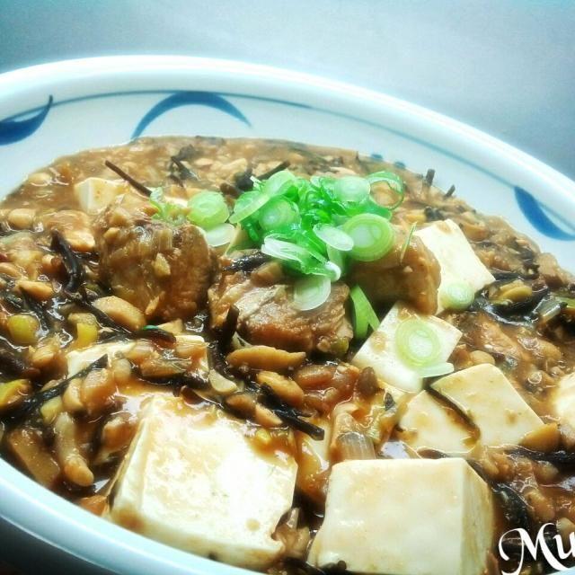 今夜は挽き肉の代わりに鯖水煮缶*お豆*シメジを使った麻婆豆腐です。 生ヒジキも入れました。 ピリッと花椒も利いて美味しいよぉ♪ 少しお肉を入れてもいいかもね。 - 57件のもぐもぐ - 鯖缶とお豆*ヒジキの麻婆豆腐♪ by MUNI3