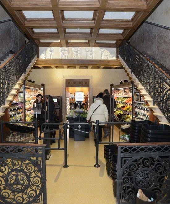 Cannaregio, veneziani e turisti divisi sul nuovo supermercato aperto al posto dello storico teatro Italia. Pane, verdure e bistecche tra gli affreschi. L'amministratore: «Ci prenderemo cura di questo posto»