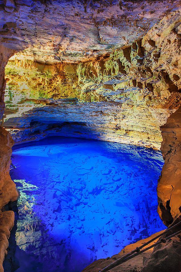 Poço Azul, Chapada Diamantina. As grutas com poços de água cristalina são uma das atrações mais singulares da Chapada Diamantina. A beleza dos locais é formada pela combinação da transparência e do reflexo azul da água. Visite durante o outono e o inverno, pois devido à posição do sol, os raios solares penetram nas cavernas e atravessam os poços, formando um incrível feixe de luz azul turquesa que acende ainda mais a sua cor.