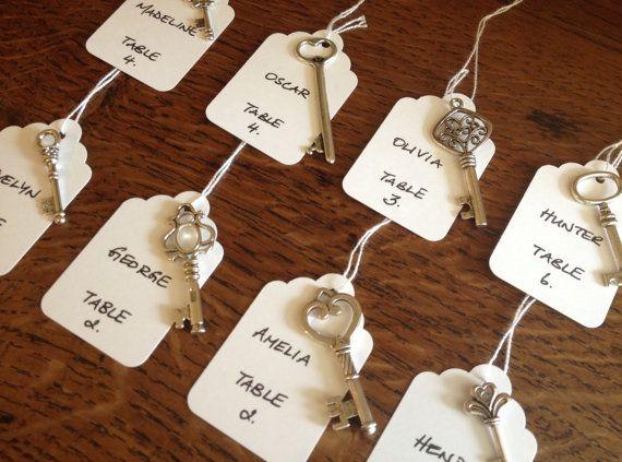 ~ Die Schlüssel zum Glück ~  100 Antik Silber Schlüssel & 100 weiße aufgereiht Kofferanhänger  Diese Vintage-Stil-Schlüssel sind perfekt für Hochzeit-Begleitservice-Karten, Einladungen & Dekor... auch als Anhänger, Ohrringe und Reize zu arbeiten.  Größen: 29mm - 53mm Größen: 1,14- 2  Weiß aufgereiht Gepäck Tags sind eine perfekte Ergänzung zu den Schlüsseln Eskorte erstellen Karten, Taste, um eine glückliche Ehe, Hochzeit Bevorzugungen.  Größe: 54 x 35 mm Größe: 2,1 x 1,37  Ich habe a...