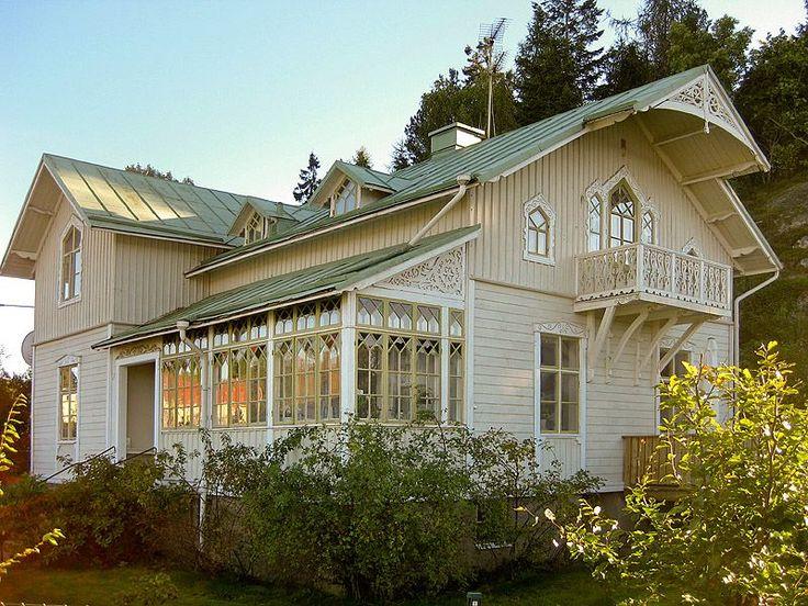 Old Swedish wooden house with traditional glazed porch http://vitarosorochforgatmigej.blogspot.se