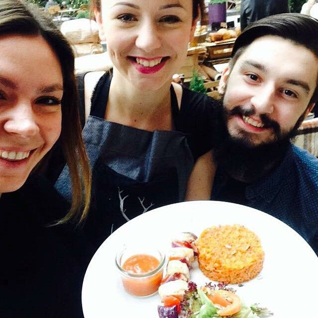 Uśmiechnięta ekipa Le Trg Bitro & Bar zaprasza na lunch! #letarg #letargbistro #people #team #dreamteam #polishgirl #polishboy #friends #selfie #poznan #restaurant #food #lunch #lunchtime #lunchidea #foodporn #instafood #foodlover #foodlovers #starybrowar #eat #eating #hungry #happy #smile