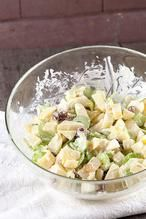 Heerlijk frisse en knapperige appelsalade die je zonder moeite op tafel zet. Lekker voor bij eend of varkensvlees. Klaar in 10 minuten, recept voor 2.  Recept onder de knop 'Bron'.