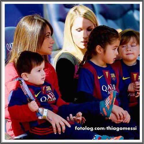 Thiago Messi : Titi todo folgado no colo da mãe, e ao lado a esposa e os filhos de Luis Suarez.  Ótima sexta para todos | thiagomessi