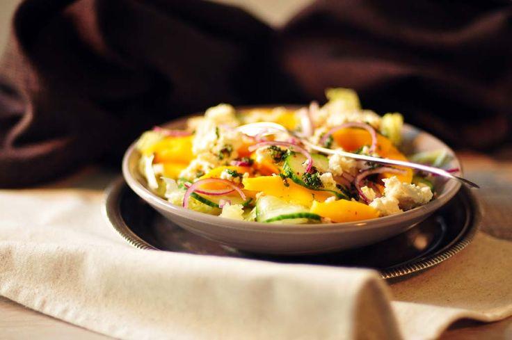 Pittige mango salade met feta en rode ui