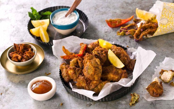Pakora er grønnsaker eller kjøtt som dyppes i en røre av kikertmel og krydder og frityrstekes. Chicken pakoray er perfekt som snacks eller som forrett. Dette er oppskrift på godbiter som er et must for ramadan – etter solnedgang, naturligvis.
