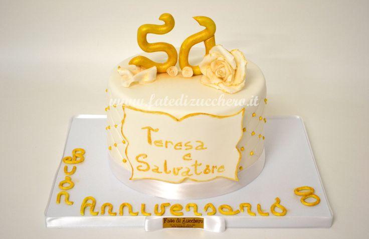 Torta per il 50° Anniversario di Matrimonio: con copertura trapuntata, rose e numeri oro interamente modellati e dipinti a mano