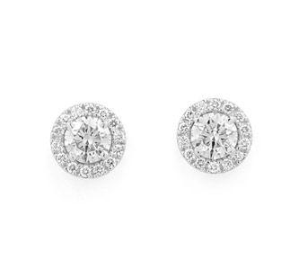 Par de Brinco Solitário de ouro branco 18K polido com Diamantes Redondos -         Clair de Lune Link:http://www.hstern.com.br/joias/p-produto/B3S202273/brinco/solitarios/par-de-brinco-solitario-de-ouro-branco-18k-polido-com-diamantes-redondos-----------clair-de-lune