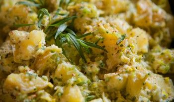 Tarhunlu patates salatası Fransızların patatesli tariflerinden yalnızca biri. Nicelerini gördük, ve görmeye de devam edeceğiz. #tarhunlu #patates #salatası #tarifi #fransız #yemekleri #mutfağı #salata #değişik #tarifleri #pratik #kolay #değişik #tarifler #dünya #mutfağı