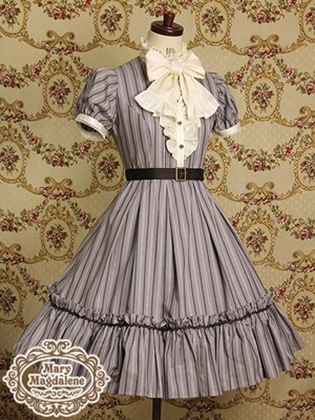 Lots of dresses (mid-late 1800 styles)
