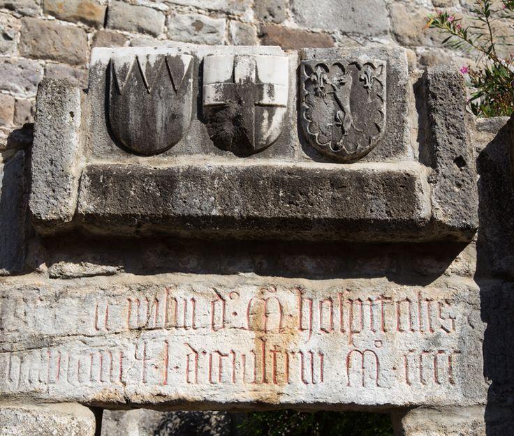 İnşa edildiği yıllarda Hristiyanların sığınağı haline gelen güçlü Bodrum Kalesi o zamanlar Kurtarıcı St. Peter Kalesi olarak bilinirdi.  Şövalyeler tarafından inşa edilen kalenin bir çok yerinde görülen kat kat boyalı armaların bir zamanlar sahip olduğu parlak renkleri solmuş olduğundan bu işaretlerin kimi veya neyi temsil ettiklerini anlamak güç. Genel olarak bu armaların üzerlerinde aslanlar, ejderler, haçlar ile yatay ve dikey bantlar var.
