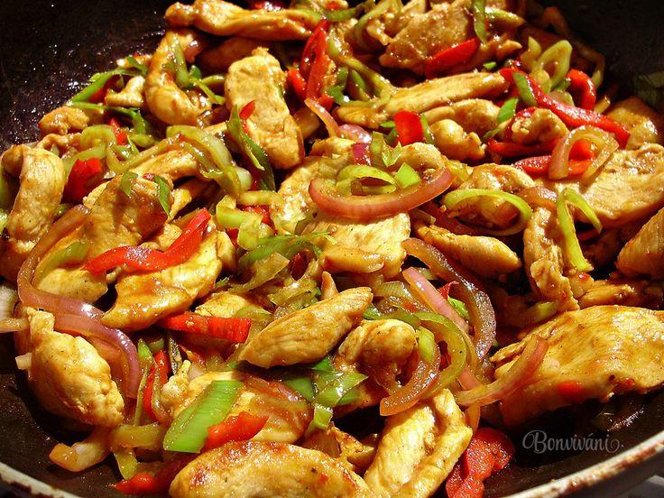 Jednoduchá rýchlovka z kuracích pŕs. Pikantné kuracie soté sa hodí zvlášť v letných mesiacoch, keď nám nechce tráviť čas v kuchyni dlhým vyváraním. Kuracie mäso je krehké a šťavnaté, nasiaknuté chuťami použitej čerstvej zeleniny. Podávame ho s ryžou, ale chutné je aj s čerstvým chlebíkom. Alebo ak sa vám chce, naplňte týmto kuracím soté zemiakové placky :)