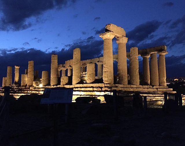 "Tempio ""di Ercole"". #valledeitempli #agrigento #mandorloinfiore #beautiful #igers #igersitalia #igerssicilia #ig_italia #ig_sicilia #ig_sicilia_ #ig_agrigento #nofilter #night #love #sky #instagram"