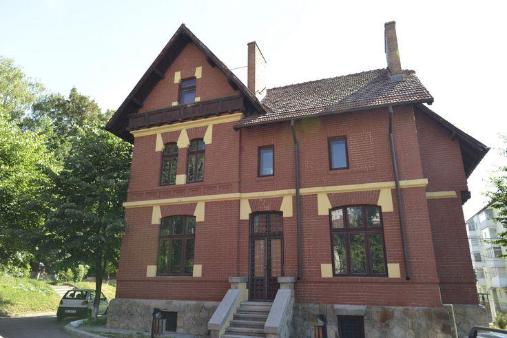"""Vila Hogaș – Ansamblul gimnaziului """"Roman Vodă"""" (1897-1899), arh. Constantin Băicoianu (proiect inițial), arh. Cesare Fantoli (adăugiri - forma finală)"""
