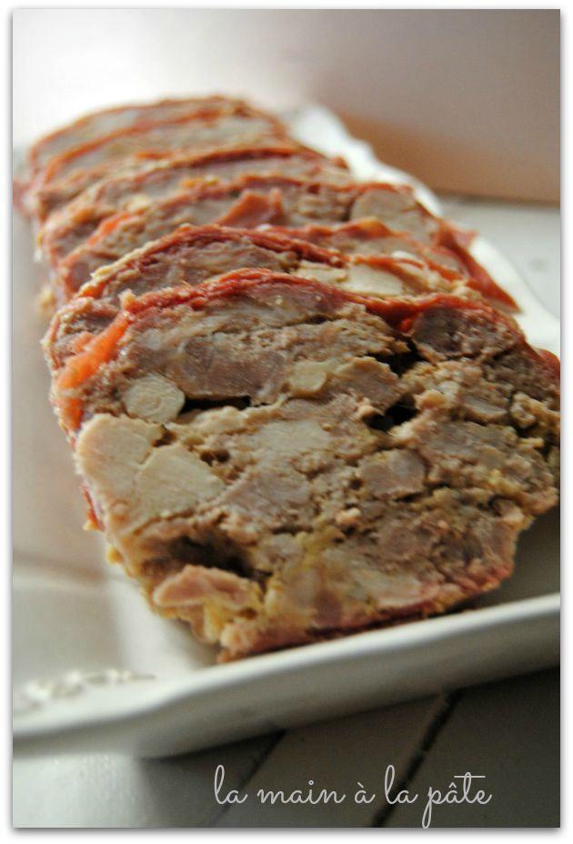 600g de porc dans l'échine 600g de sauté de veau 200g de lard gras 3 blancs de poulet 3 oeufs 2 CS de cognac des tranches fines de jambon cru (suffisamment pour tapisser tout le moule) 22g de sel 6g de poivre