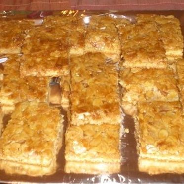 Arabischer Honigkuchen | Küchengötter - Mürbeteig mit Butter-Honig-Mandel-Auflage - ähnlich wie Bienenstich - http://www.kuechengoetter.de/rezepte/Kuchen/Arabischer-Honigkuchen-3763254.html (Arabic Sweet Recipes)