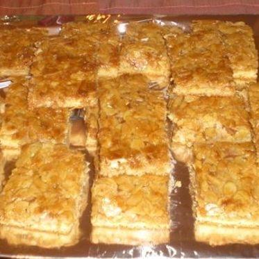 Arabischer Honigkuchen | Küchengötter - Mürbeteig mit Butter-Honig-Mandel-Auflage - ähnlich wie Bienenstich - http://www.kuechengoetter.de/rezepte/Kuchen/Arabischer-Honigkuchen-3763254.html