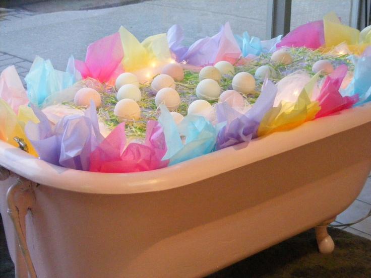 Roze badkuip gevuld met jummie Bad Bolletjes voor Pasen.