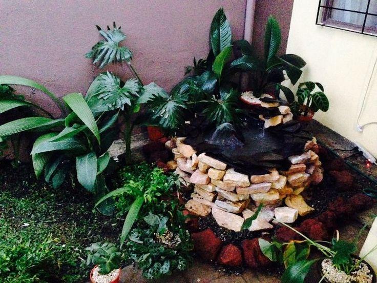 fuente hecha con llanta reciclada y piedras