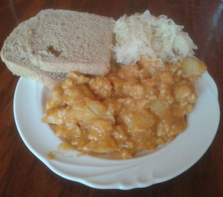 A paprikás krumpli puhaságát tökéletesen kiegészíti a nokedli ruganyossága. http://receptek365.info/egyeb-foetelek/paprikas-krumpli-nokedlivel/