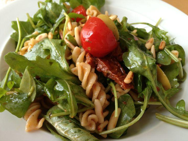 Italienischer Nudelnsalat mit Rucola, getrockneten Tomaten und Pinienkernen - Итальянский салат с рукколой, сушеными помидорами и кедровым орехом