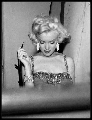 """10 Juillet 1953 / (PART III) Marilyn participe à un gala de charité au """"Hollywood bowl"""", dont les bénéfices sontt reversés à L'hôpital pour enfants """"St Jude"""". La soirée est animée par l'acteur Danny THOMAS ; Robert MITCHUM, Danny KAYE ou encore Red BUTTONS sont également de la soirée tout comme le groupe de chanteurs, les """"Ames Brothers""""."""