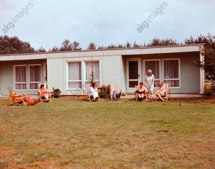Ferienlager der Leuna-Werke in Templin: Urlauber vor einem Bungalow. Foto, 1974