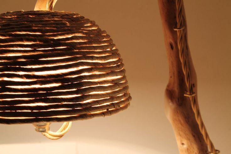 """""""L'inchino"""": lampada da tavolo in legno di mare con base in pietra leccese sagomata a scalpello. Paralume rivestito di corda naturale."""
