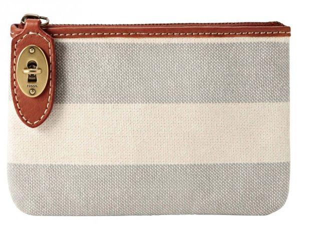 Coup de coeur pour cette trousse zip en toile robuste rayé écru et gris. Détails en cuir de vachette marron. Elle se ferme avec un zip et un petit loquet en forme de clé et serrure : tellement mignon ! Une trousse tendance pouvant servir de petit sac pochette ou de trousse à maquillage.