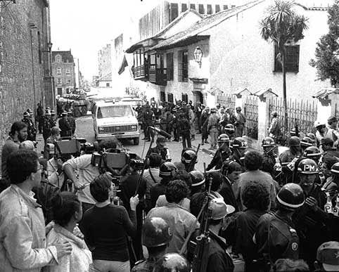 PALACIO DE JUSTICIA, 1985. 12:47 p.m  El Ejército le ordenó a los periodistas desalojar la carrera séptima para realizar el operativo.